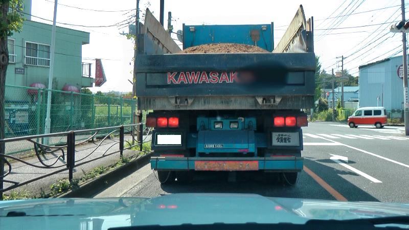 大型トラックの後ろ姿です。大型トラックの後ろにはKAWASAKIか足立が定番です